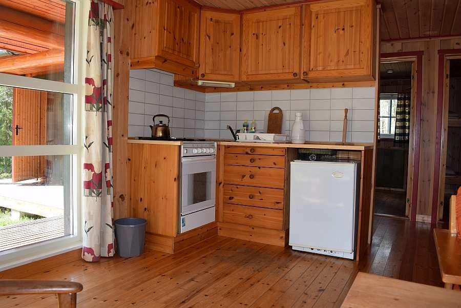 Die Küchenecke offen zu Wohnbereich - Spüle mit fließend w/k Wasser, Gasherd/Backofen und Gaskühlschrank sind vorhanden