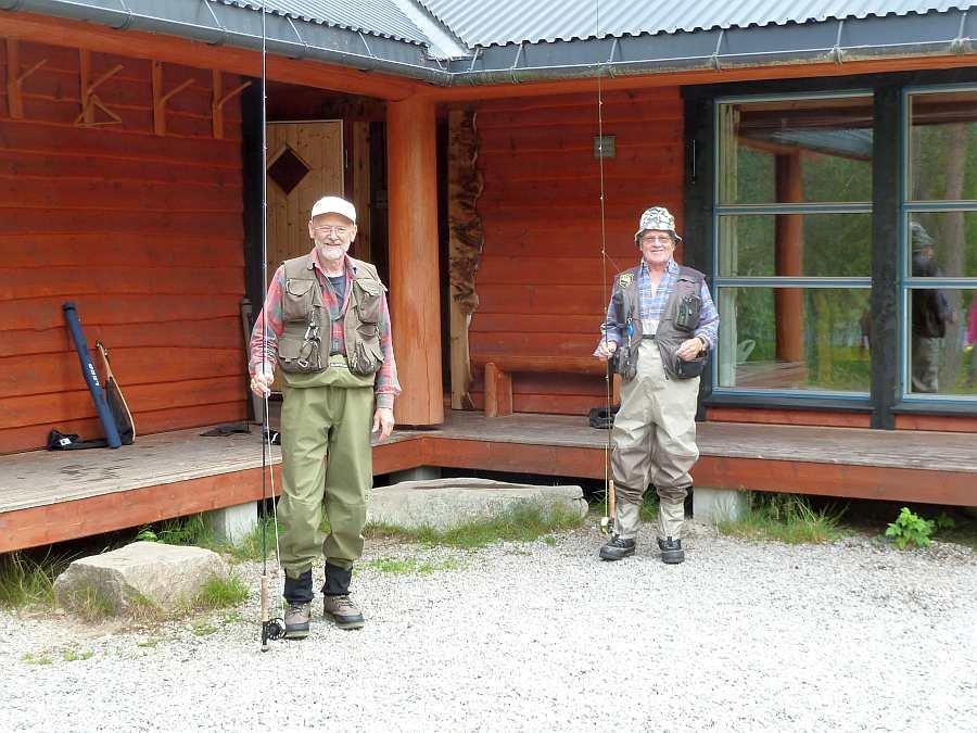 Zwei schwedische Stammgäste des Ferienhauses kurz vor dem Aufbruch zum Fliegenfischen