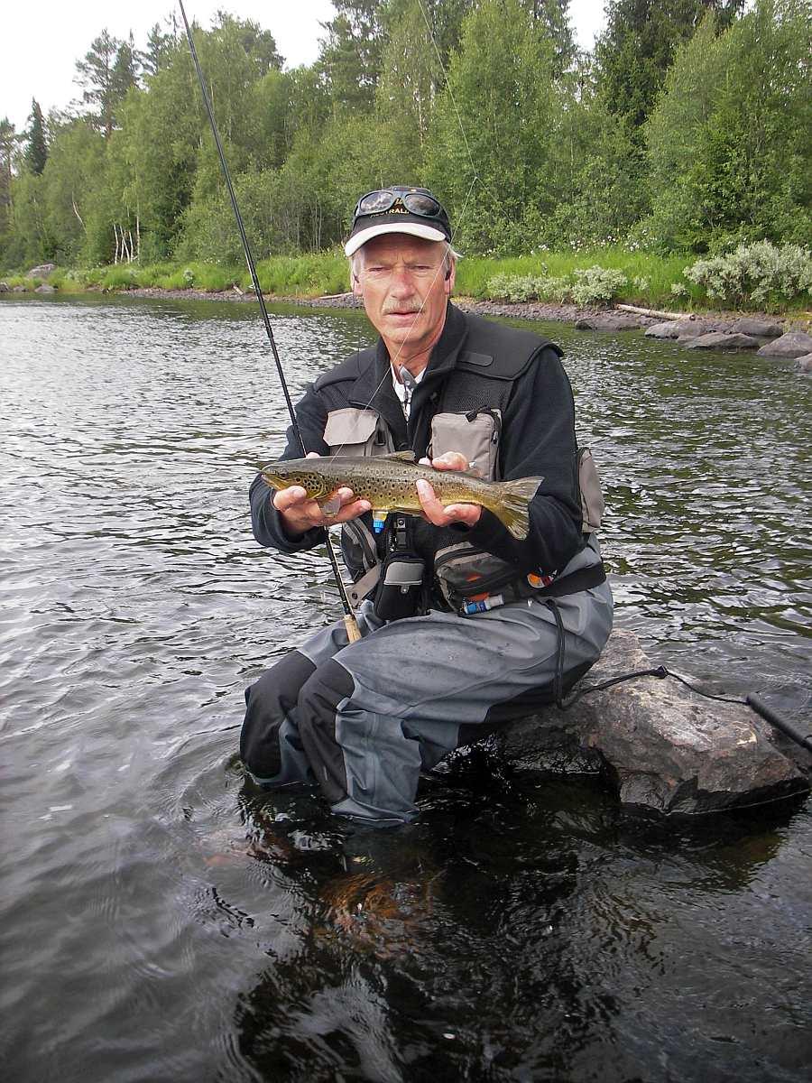 Ihr Gastgeber Snorre zeigt wie die Bachforellen zu fangen sind