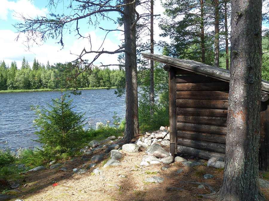 Schutzhütten am Flußufer der Trysilelva - diese gibt es an zahllosen Stellen. Hier kann man Schutz suchen und Feuer machen (Brennholz liegt immer bereit) - Nebenan findet sich auch meist eine Biotoilette