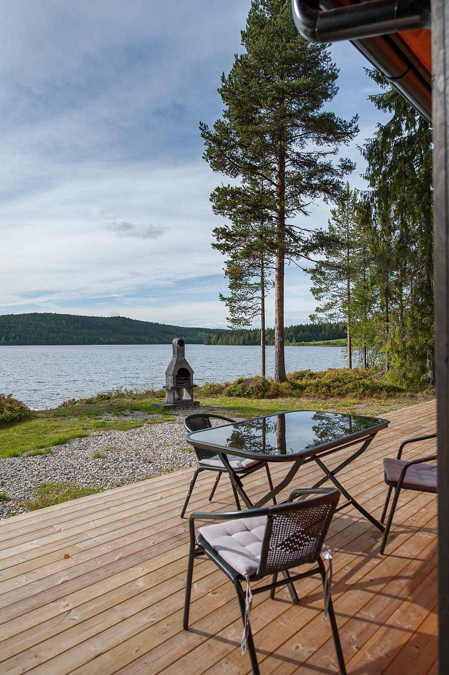 Blick von der großen Terrasse auf den See. Im Aussenkamin kann man Feuer machen und grillen
