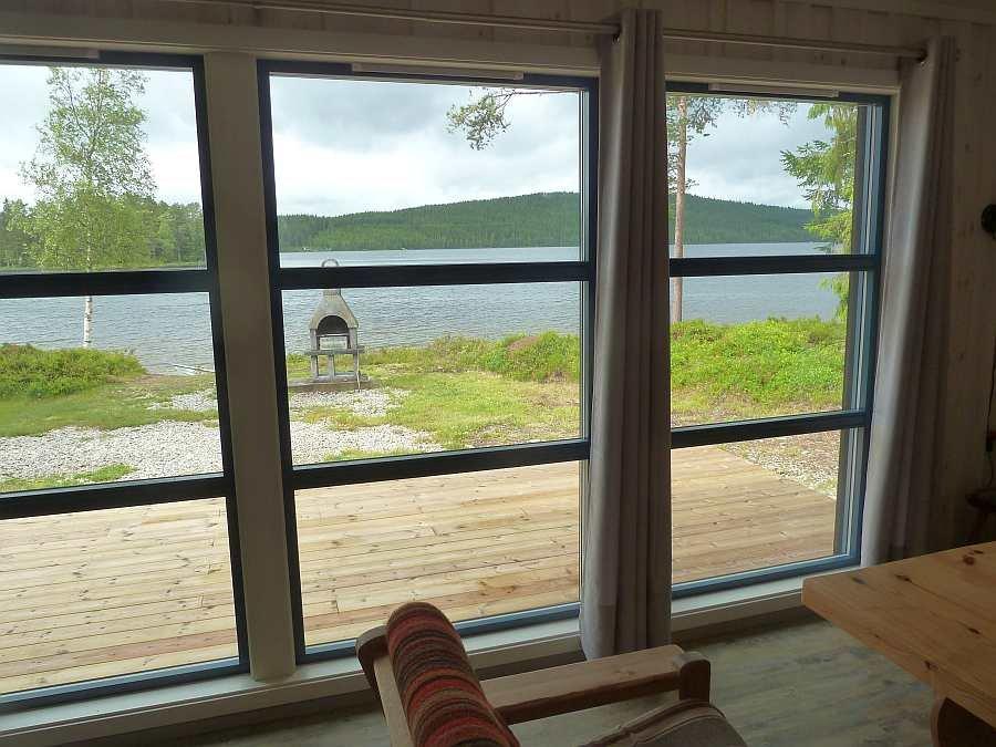Durch die großen Panoramafenster hat man einen herrlichen Blick auf den See
