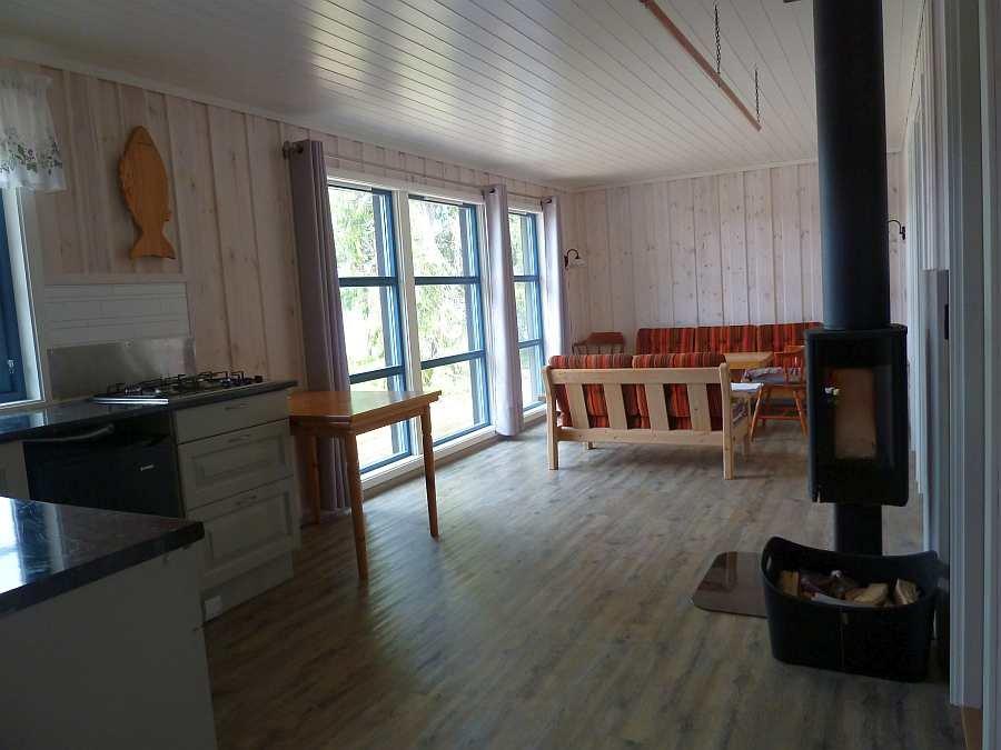Blick in den offenen Wohnbereich mit angrenzender Küche