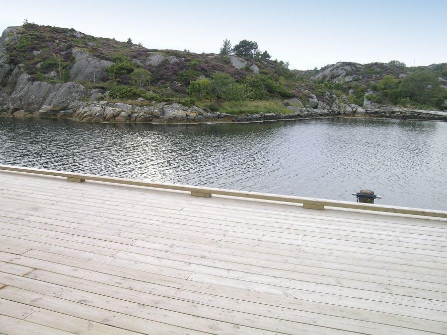 Die riesige Terrasse lädt zu Grillabenden ein und zum Naturköderfischen mit Grund- und Posenruten.