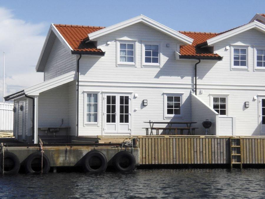 Die Ferienhaushälfte befinet sich direkt am Wasser.