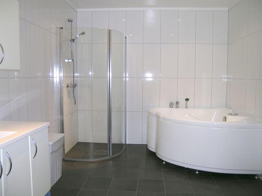 Erstklassiges Badezimmer mit Whirlpool.