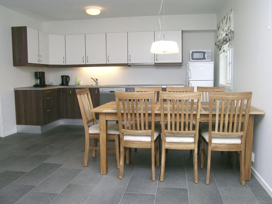 Moderne Küche mit gemütlicher Tafel.