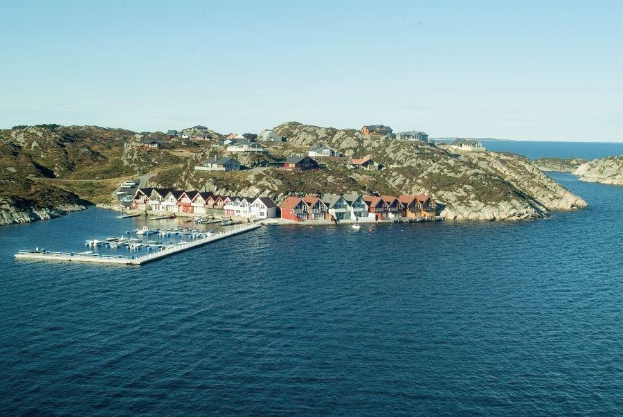 Der Hafen von Hellesøy - das offene Meer immer im Blick, der Fjord kann durch einen Sund schnell erreicht werden.