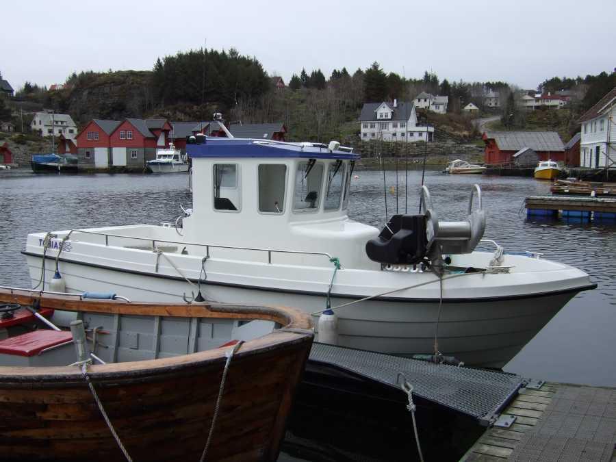 Seitenansicht des Dieselbootes.