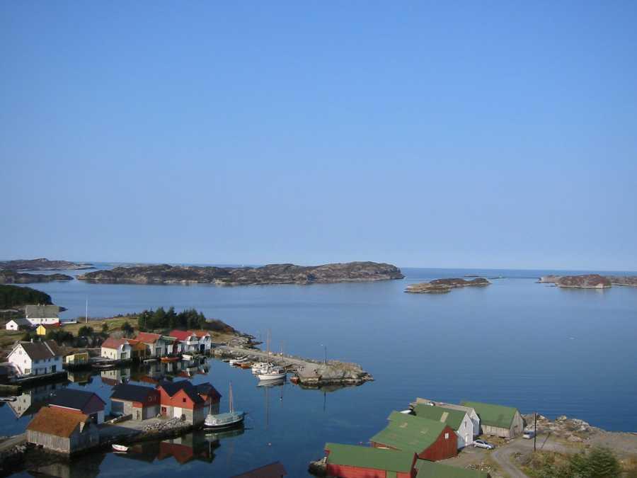 Die Ansicht aus der Vogelperspektive auf den kleinen Hafen mit dem Rorbu Kjell.