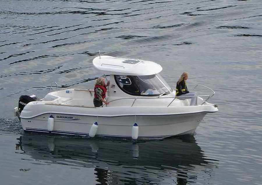 Auch ein großes Quicksilver Kajütboot steht bereit
