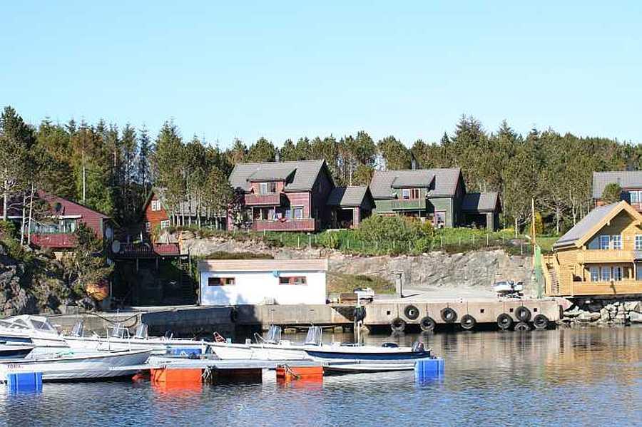 Blick vom Boot aus auf die Häuser