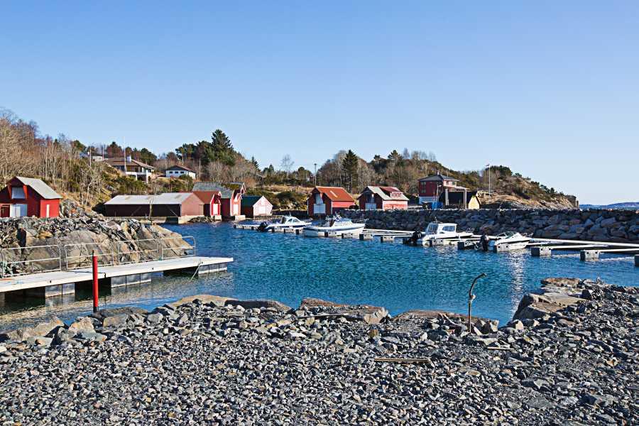 Hier der Hafen von Lerøy - in drei Minuten zu Fuß oder auch mit dem Auto erreichbar.