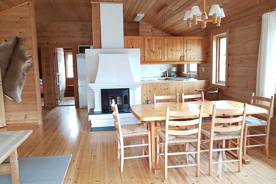 Das Wohnzimmer mit Essecke und Kamin.
