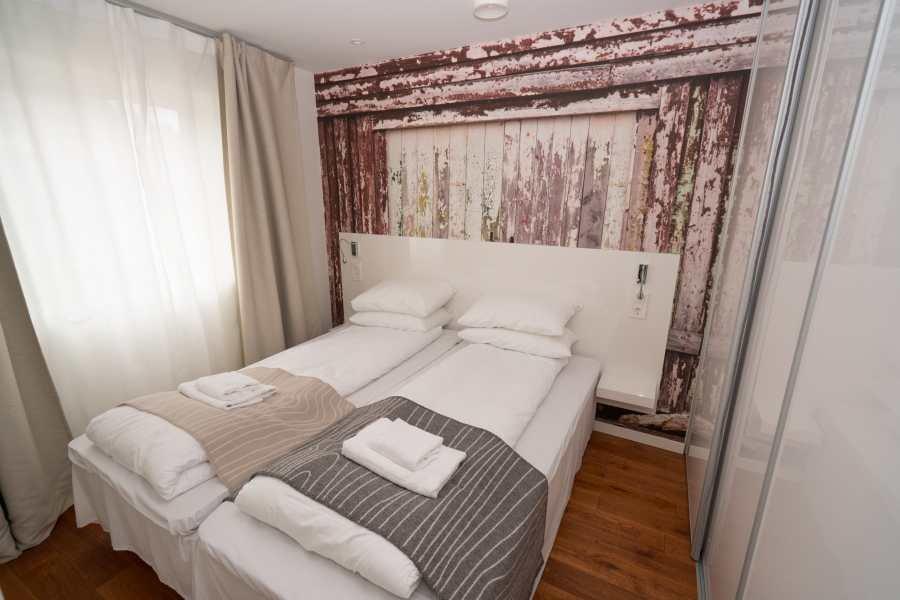 Schlafzimmer mit zwei Einzelbetten, die auch als Doppelbett nutzbar sind (wie hier zu sehen)