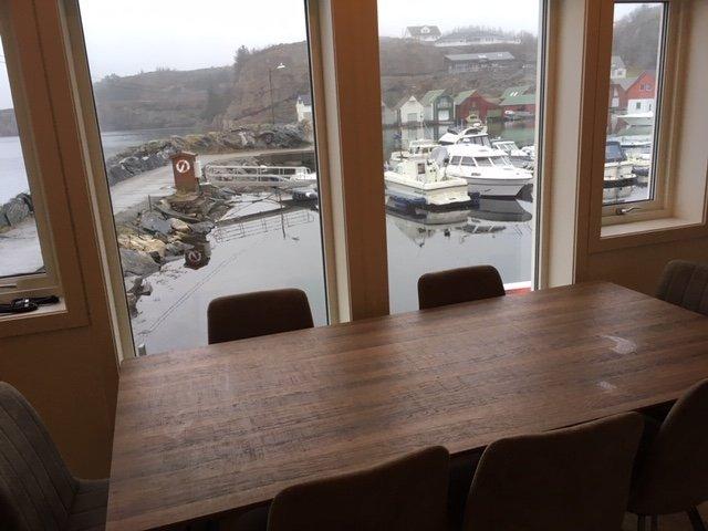 Blick vom Esstisch in den Hafen.