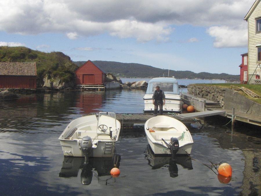 Links das kleinere Mietboot