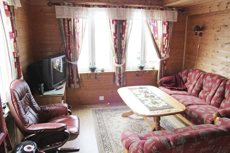 Klassisches, gemütliches Wohnzimmer mit SAT-TV