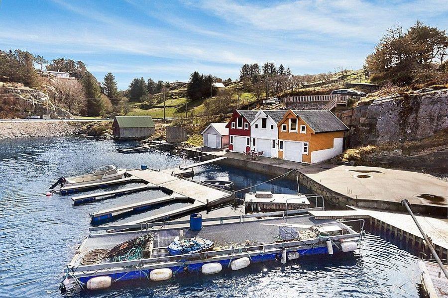 Der  Bootsiiegeplatz und das Bootshaus.