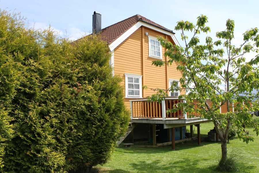Das Haus steht auf einem großzügigen Anwesen - umgeben von Grün und natürlich dem Meer