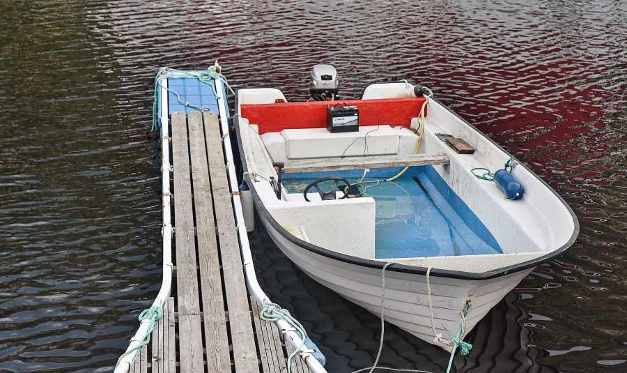 Ein Boot mit Außenborder gibt es auch