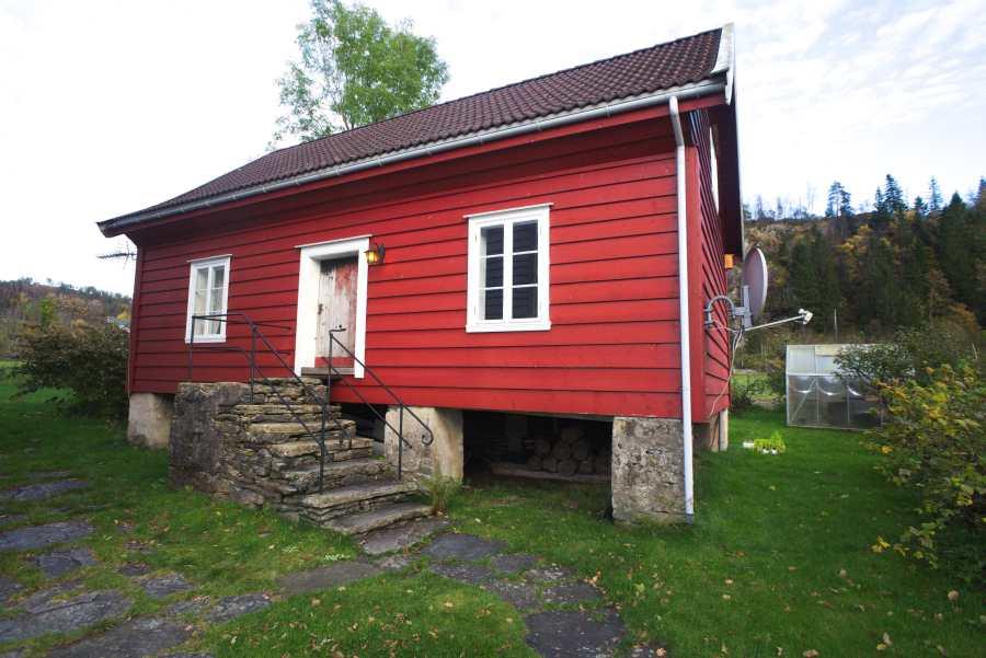 Das Stabbur ist ein altes Holzhaus - freistehend auf einem Bauernhaus in unmittelbarer Nähe der Gaula-Mündung