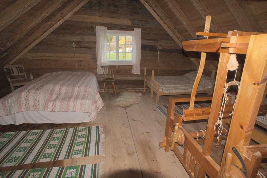 Das Schlafzimmer im Obergeschoss erreichen Sie über eine steile Treppe
