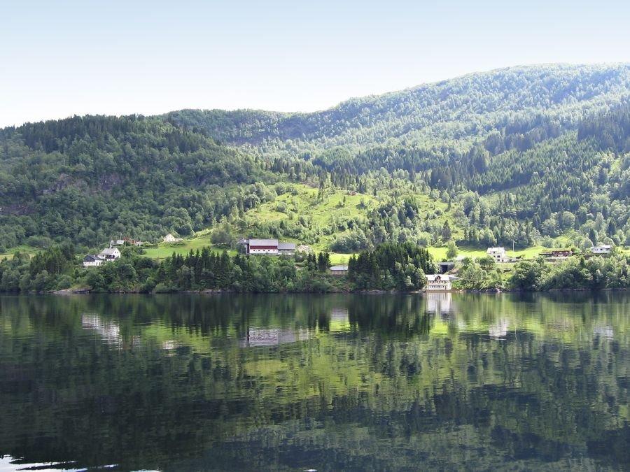 Links die Villa Dalsfjord