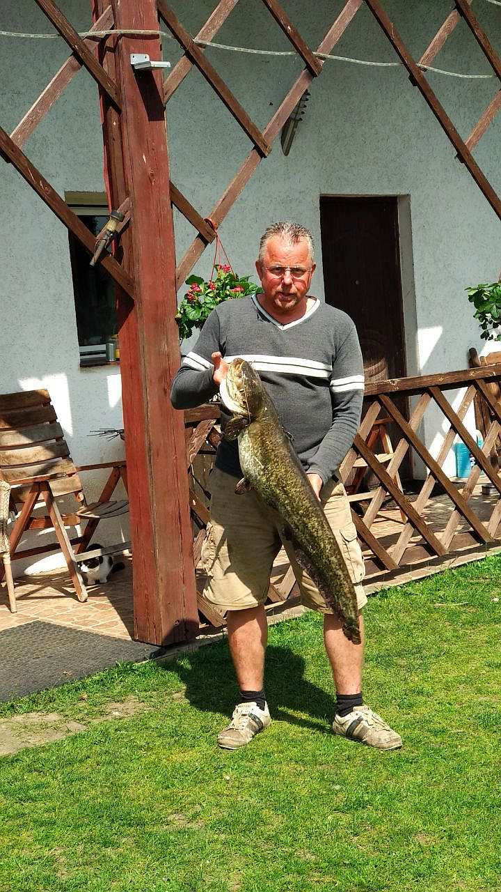 Gastgeber Jarek mit seinem Lieblingsfisch - Wels