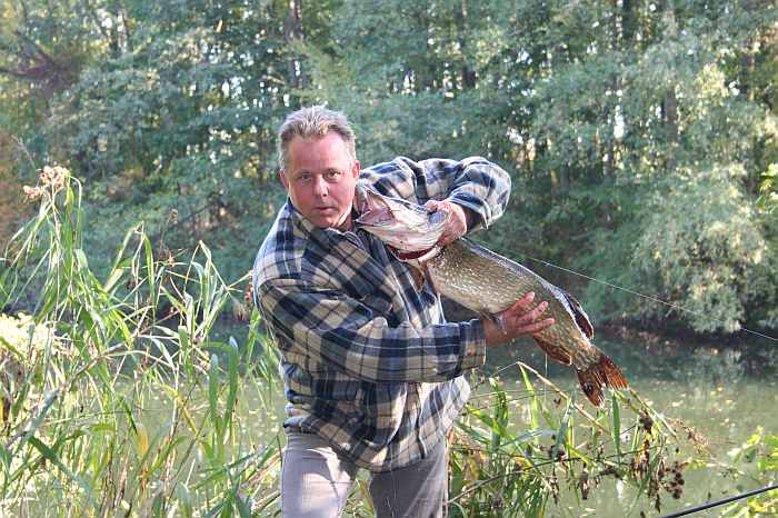 Gastgeber Jarek mit Hecht aus einem stillen Seitenarm des Flusses
