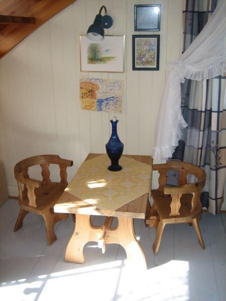 Kleiner Tisch im oberen Bereich des Hauses.