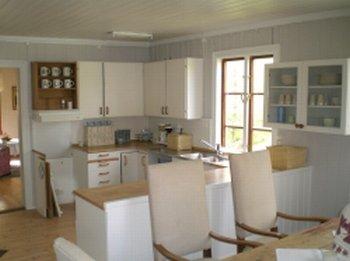 Küche mit Esstisch.