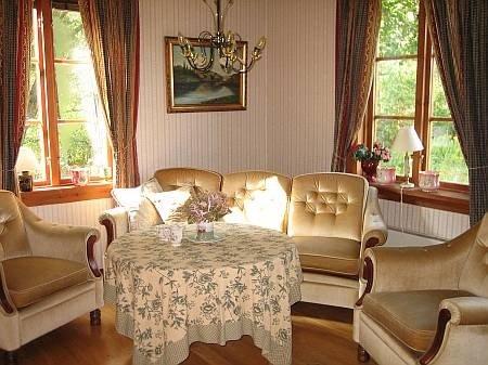 Das Wohnzimmer ist hell und freundlich.