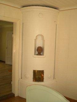 Kachelofen in einem der Schlafzimmer