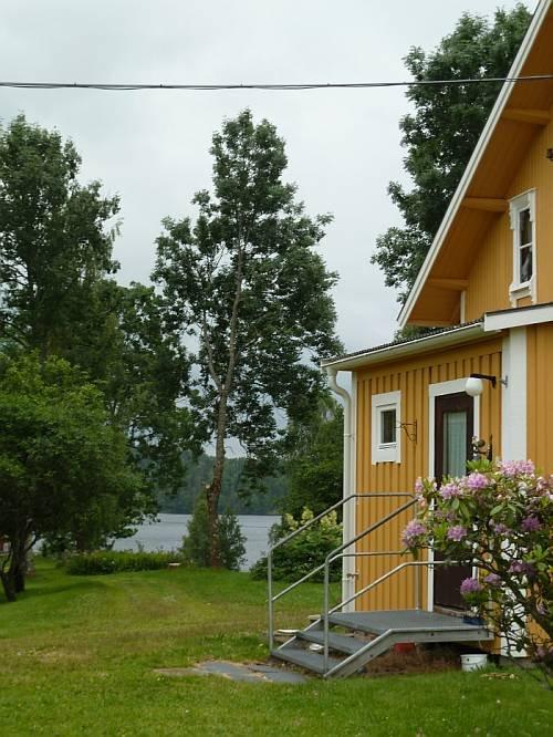 Das Ferienhaus liegt am Ufer des Sees Stora Lee