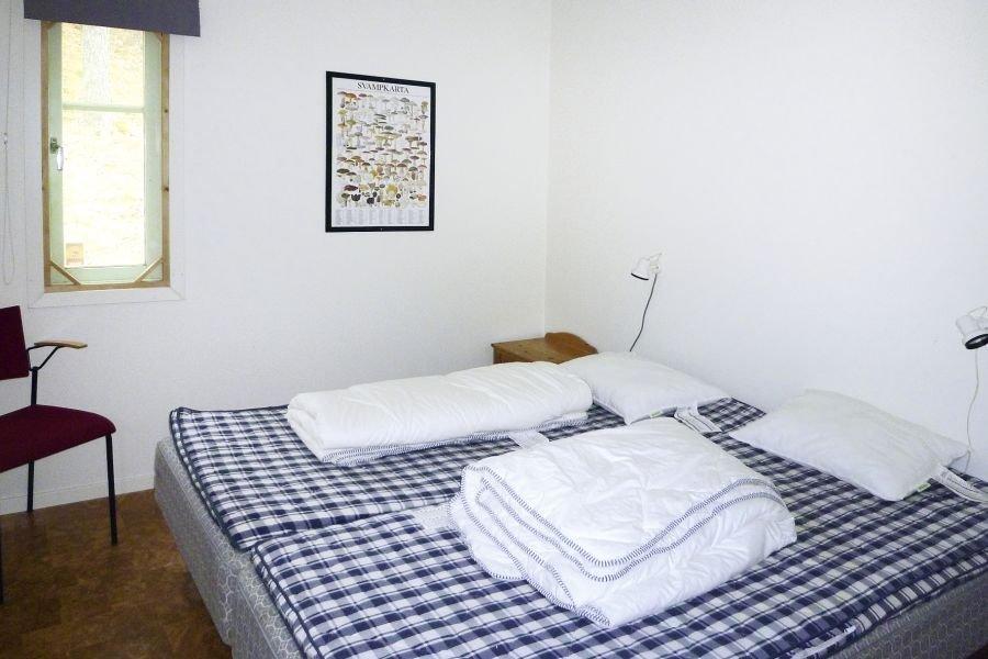 Ein Schlafzimmer mit einem Doppelbett.