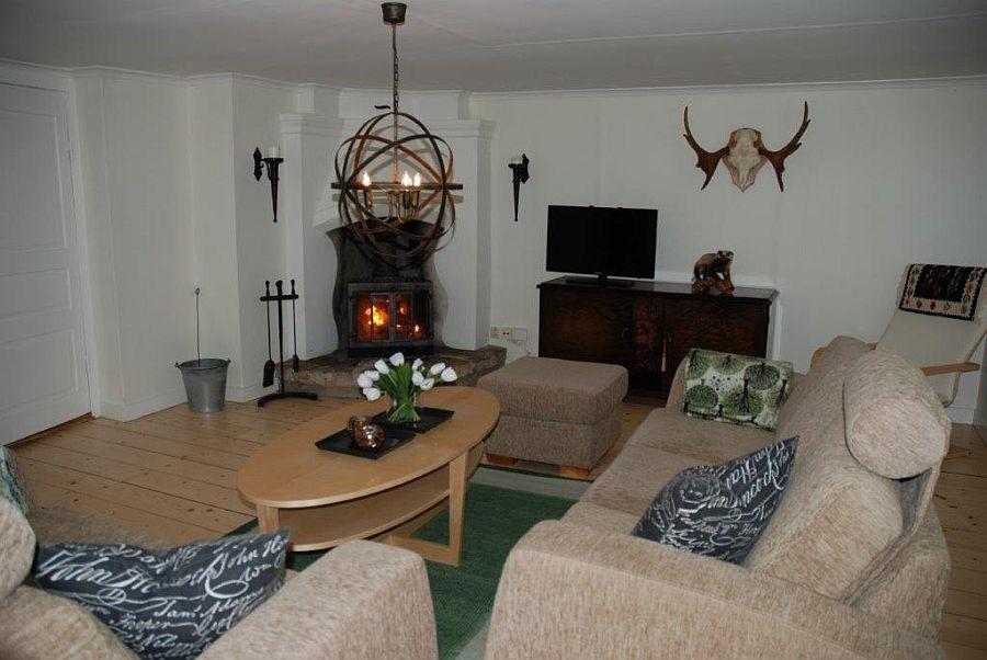 Gemütliches Wohnzimmer mit einem Kamin,