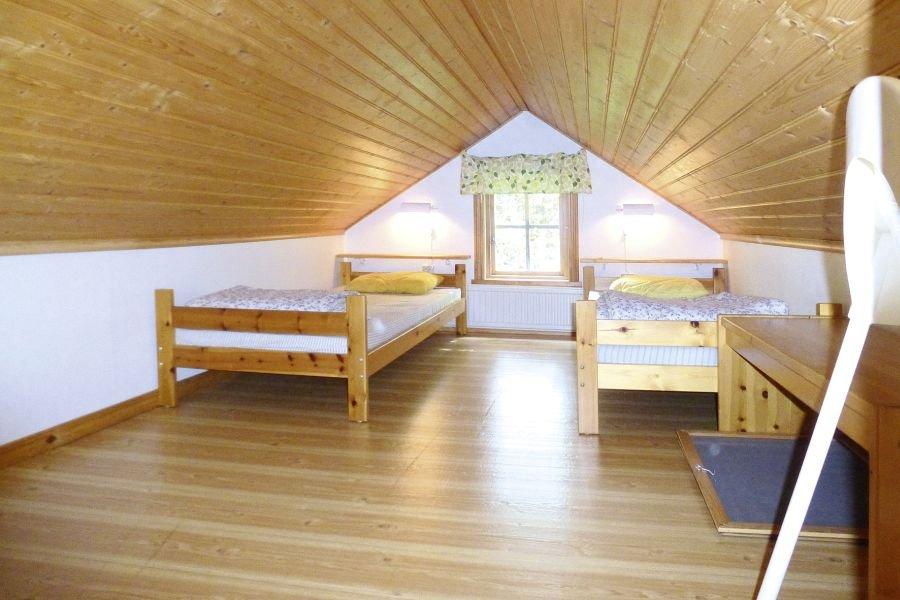 Die Galerie fungiert als zweites Schlafzimmer mit Einzelbetten.