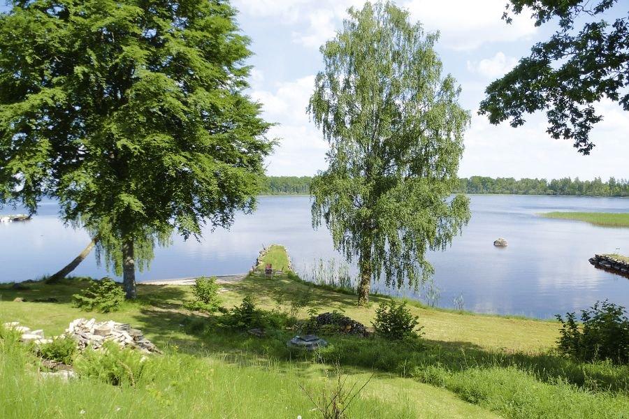 Einfach nur schön, der Ausblick von der Terrasse auf den See.
