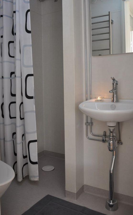 Badezimmer mit Dusche/WC.