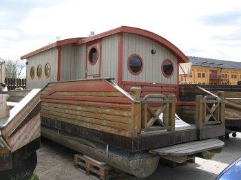 Das Saunaboot hier noch im Winterlager.