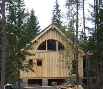 Das Ferienhaus liegt in einem schönen Waldstück.