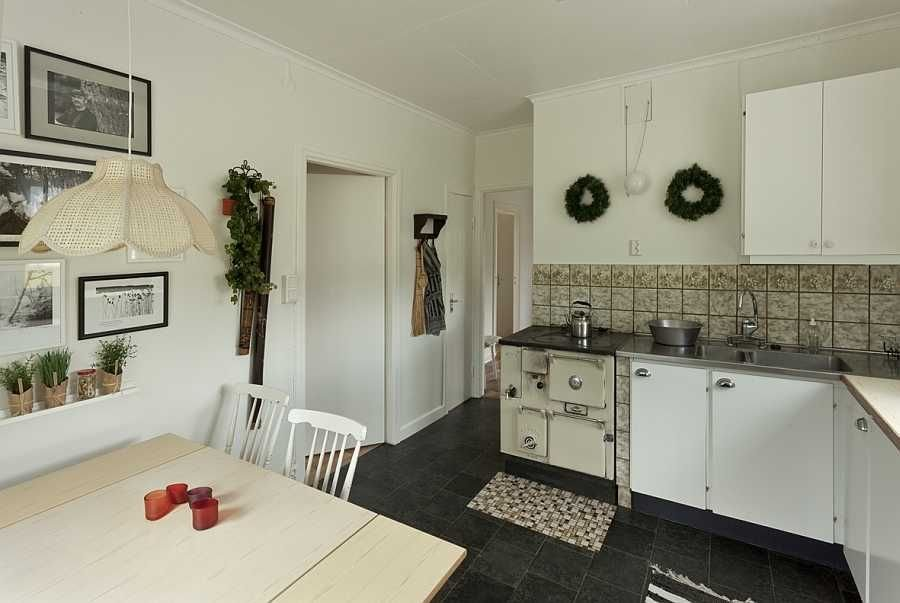 Rustikaler Holzofen in der Küche.