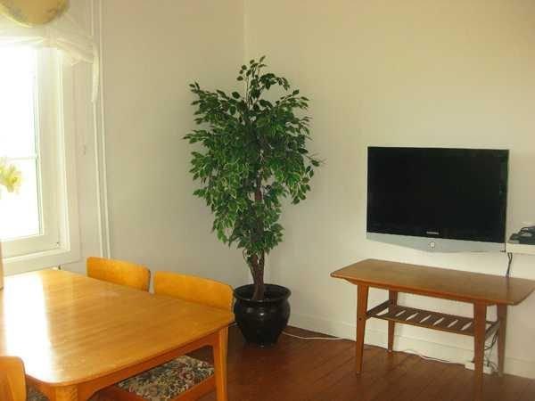 Wohnbereich mit SAT-TV.