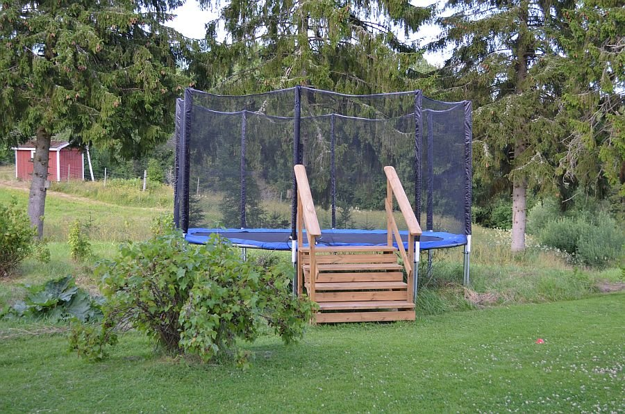 Auf dem Trampolin können Kinder ausgelassen springen,