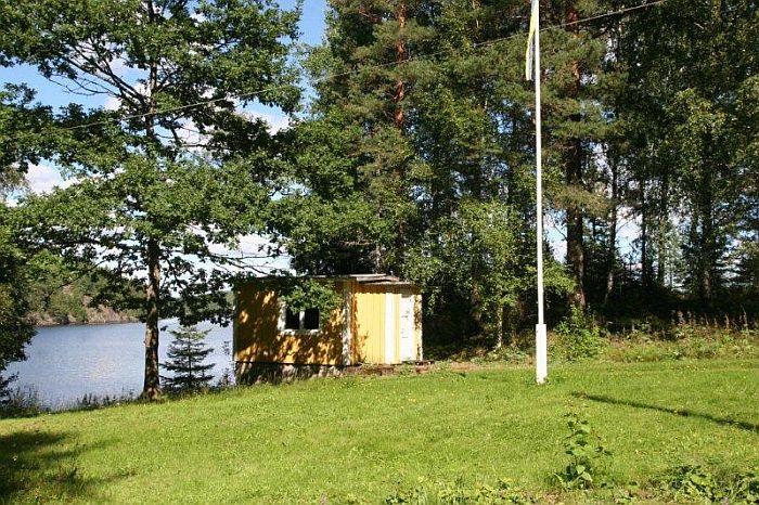 Das Ferienhaus befindet sich unweit vom Wasser entfernt.