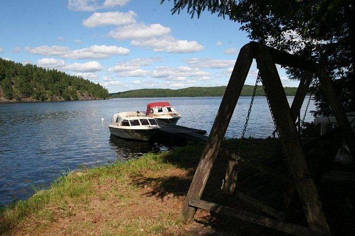 Auch der Bootsliegeplatz ist gerade mal 30 m vom Ferienhaus entfernt.