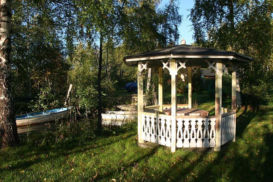 Uferbereich mit Pavillon