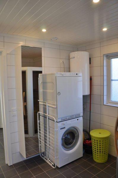 Ebenso in Badezimmer vorhanden, eine Waschmaschine und ein Trockner,