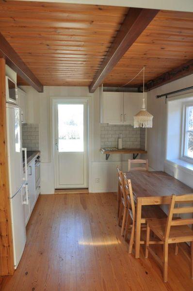 Die Küche mit dem Esstisch.